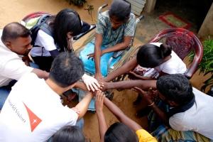 13年與宣明會助養者周慧敏到斯里蘭卡昔日戰區探訪,為受害家庭祈禱