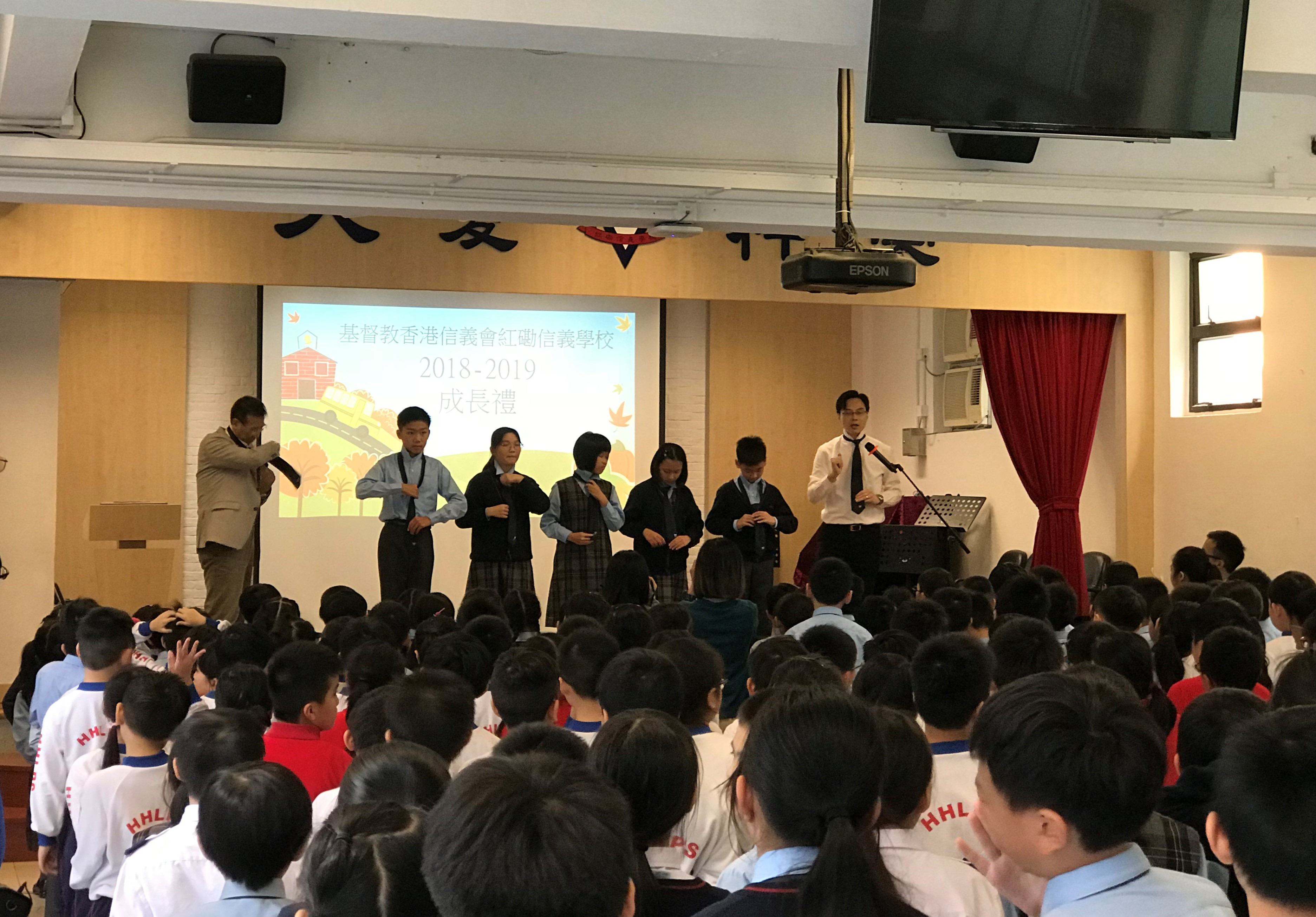 黃智華校長(右一)示範繫領帶r